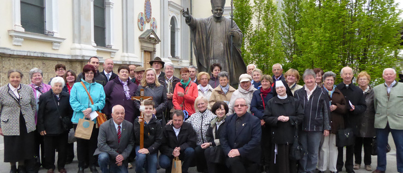 Wallfahrer bei der Basilika Brezje mit der Skulptur des Johannes Paul